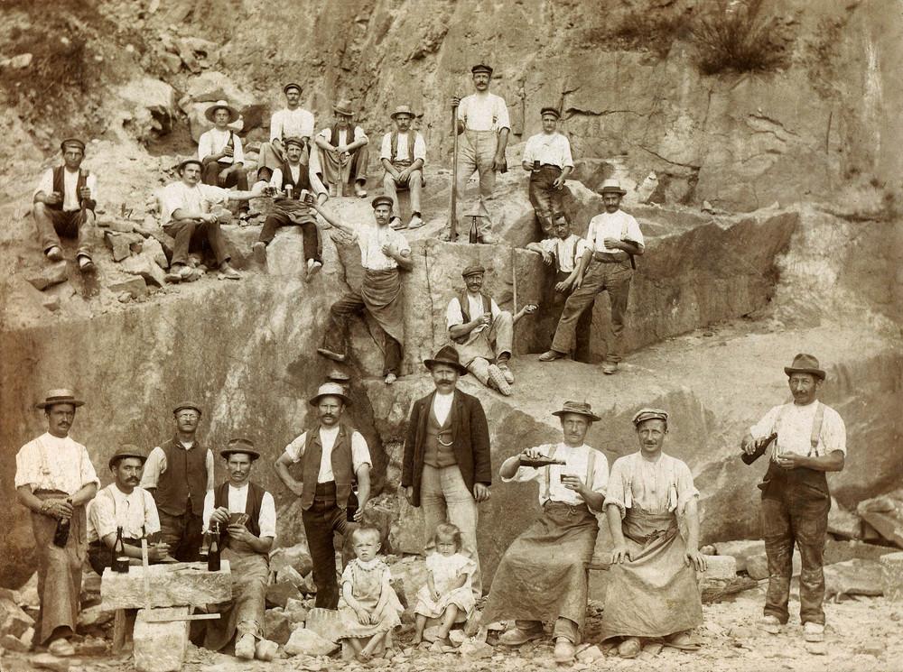 belegschaft-in-einem-steinbruch-auf-sandstein-in-der-saechsischen-schweiz-a19204214